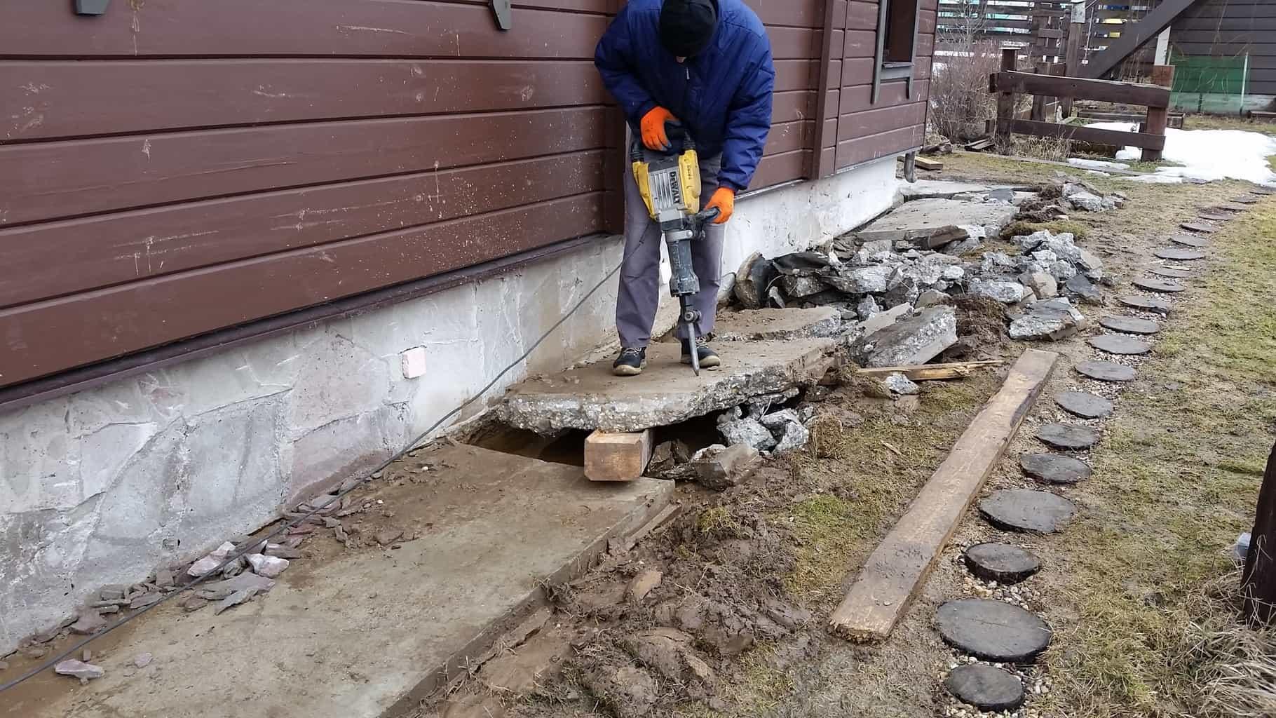 Как отремонтировать отмостку вокруг дома своими руками