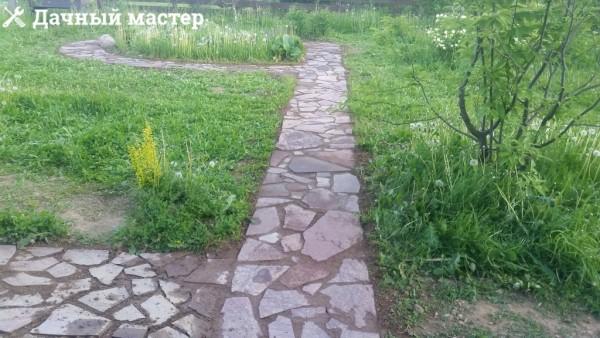 Уложенная дорожка из натурального камня