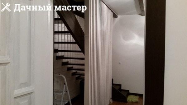 Декоративная решетка-ограждение вдоль лестницы
