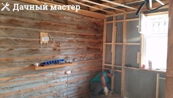 Стены пристройки после демонтажа обшивки и утеплителя