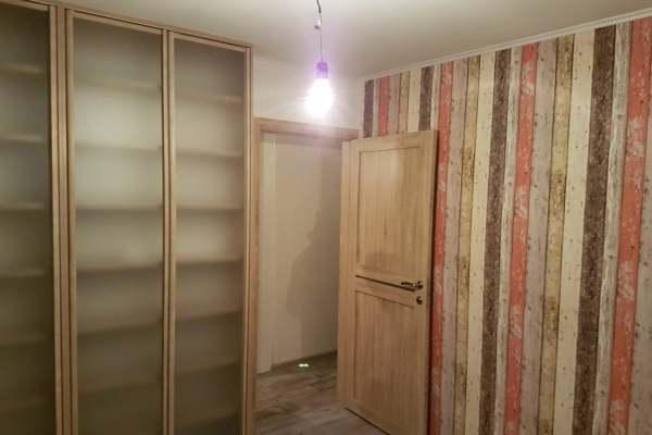 Оклейка стен обоями в двухкомнатной квартире