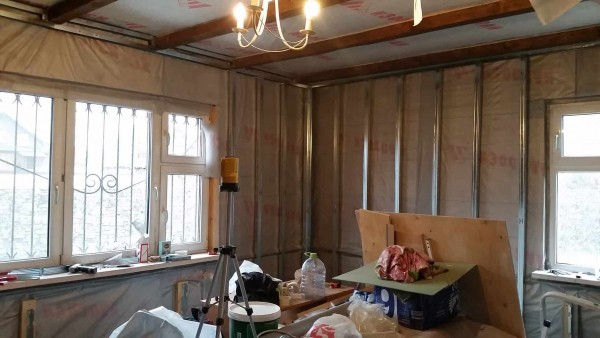Подготовка стен деревянного дома к монтажу гипсокартона. Монтаж металлокаркаса.