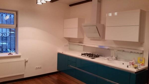 Кухня в деревянном доме после отделки гипсокартоном и окраски стен