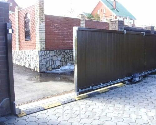 Откатные ворота на придомовой территории.