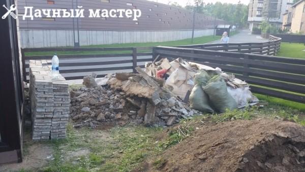 Строительный мусор после демонтажа старой отмостки