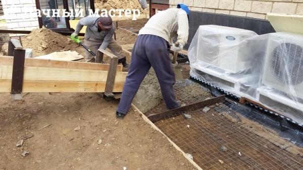 Растаскивание бетона при заливке отмостки (поставка миксером)