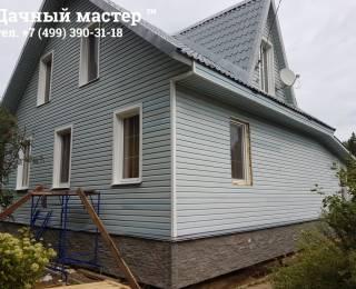 Общий вид дома после отделки сайдингом и цокольными панелями