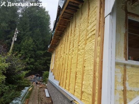 Стена дома после утепления напыляемым пенополиуретаном