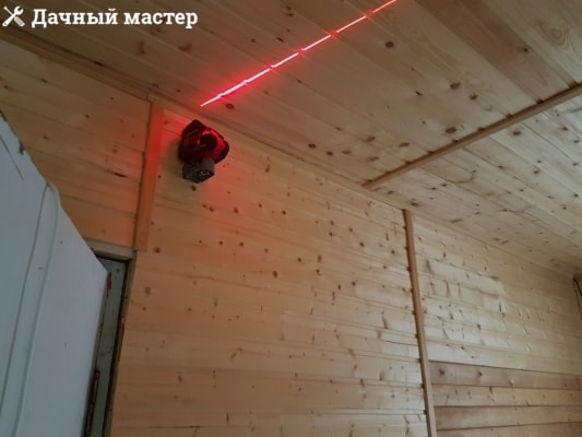 Лазерный уровень, смонтированный на стене