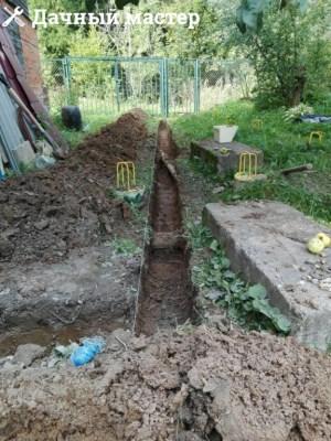 Разработанная траншея под дренажную трубу
