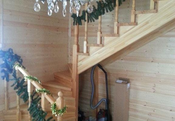 Готовая полуразворотная лестница
