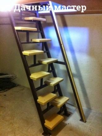 Готовая металлическая лестница с деревянными ступенями (вид сбоку)