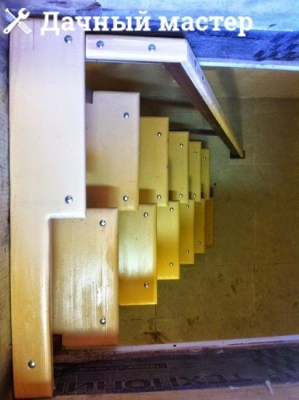 Готовая металлическая лестница с деревянными ступенями (вид сверху)