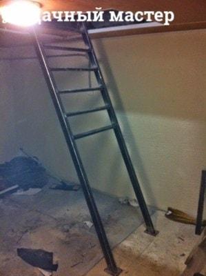 Приварка поперечин к тетиве металлической лестницы (вид сбоку)