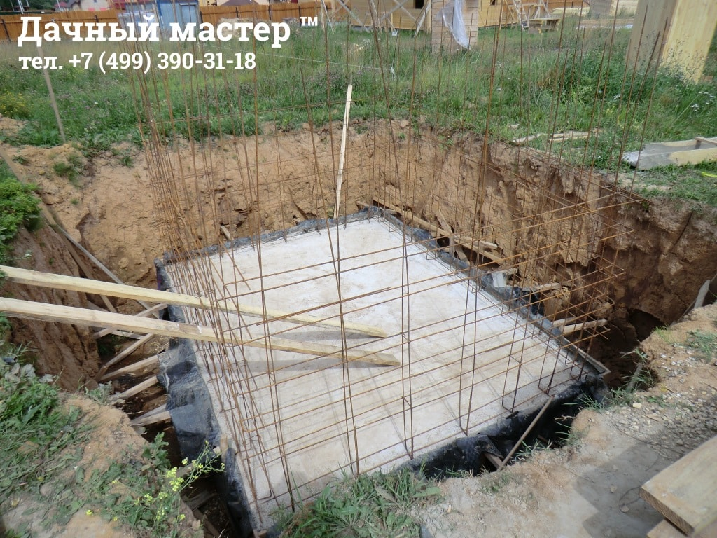 Связанный арматурный каркас стен подвала (погреба)