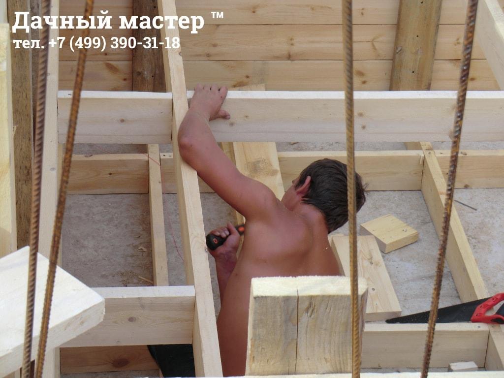 Монтаж опалубки перед заливкой бетоном