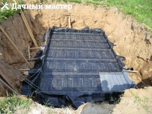 Уложенный гидроизолирующий слой подвала (погреба)