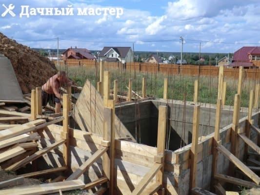 Демонтаж внутренней опалубки после заливки стен подвала (погреба)