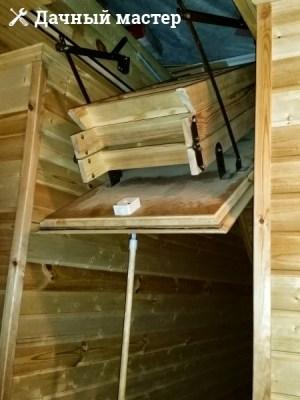 Открытый чердачный люк с раскладной лестницей