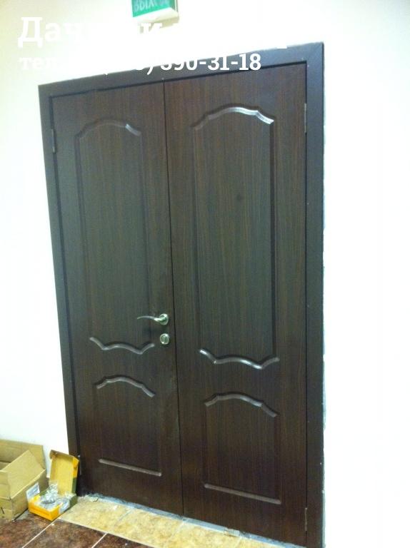 Установленная двухстворчатая дверь