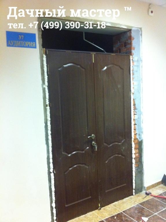 Установленная новая двухстворчатая дверь