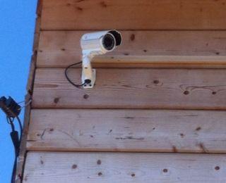 Одна из установленных видеокамер