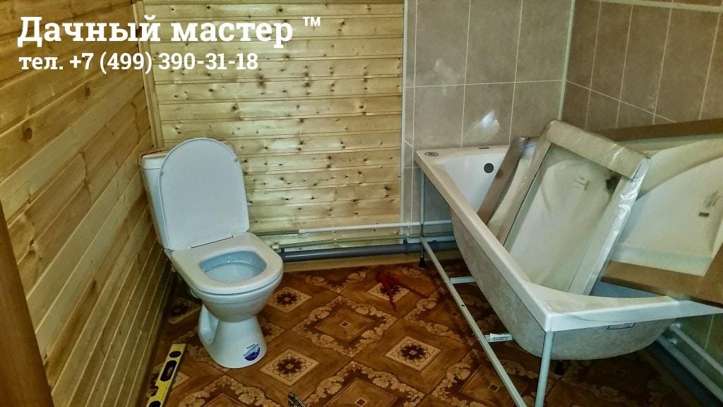 Установленный унитаз в деревянном доме
