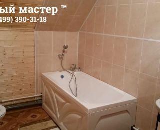 Обустроенная ванная комната в деревянном доме