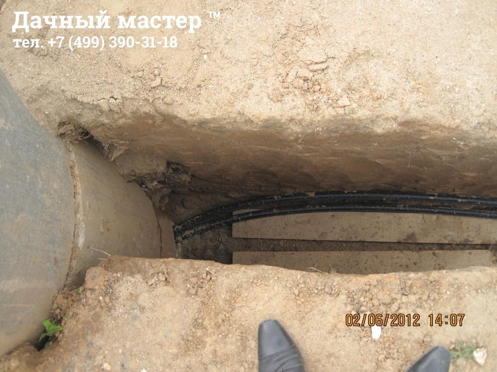 Вывод из колодца труб водоснабжения