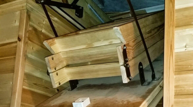 Установка чердачного люка с раскладной лестницей