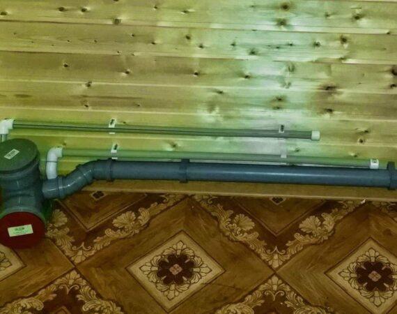 Стояк канализации и трубы водоснабжения на втором этаже дачного дома
