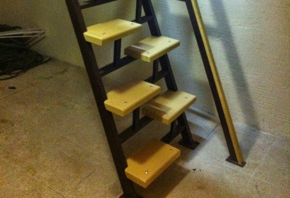 Монтаж металлической лестницы с деревянными ступенями