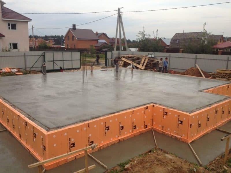 Плитные фундаменты: достоинства, недостатки, технология строительства