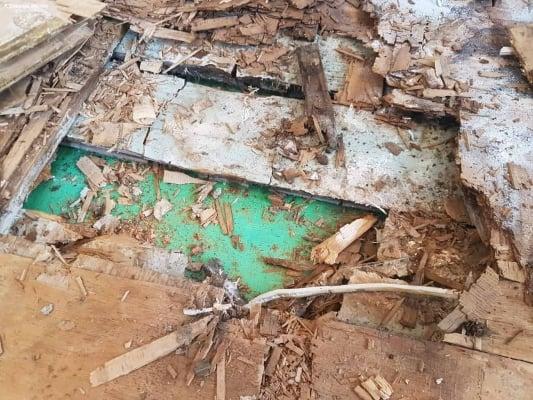 Разрушение доски пола после затопления
