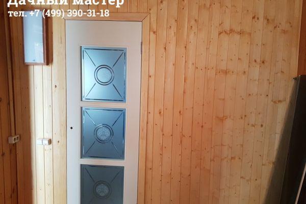 Каркасная перегородка отделанная вагонкой и смонтированная входная дверь