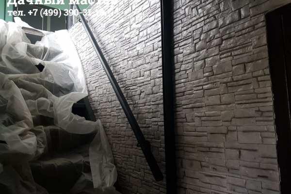 Уложенная гипсовая плитка на стене
