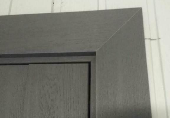 Угол смонтированной межкомнатной двери