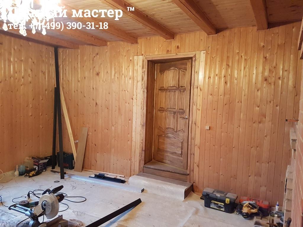 Большая комната дома и вход в пристройку