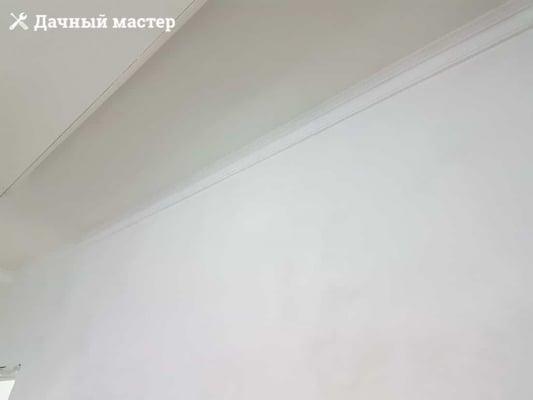 Монтаж потолочного плинтуса по периметру комнат