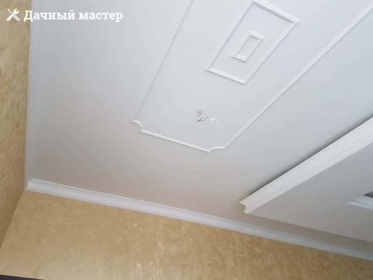 Монтаж декоративных молдингов на потолке