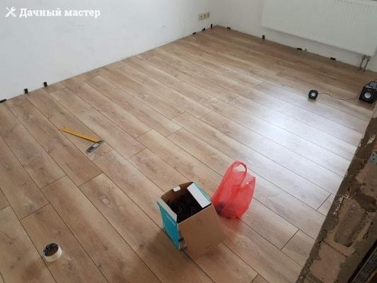 Уложенный ламинат в одной из комнат