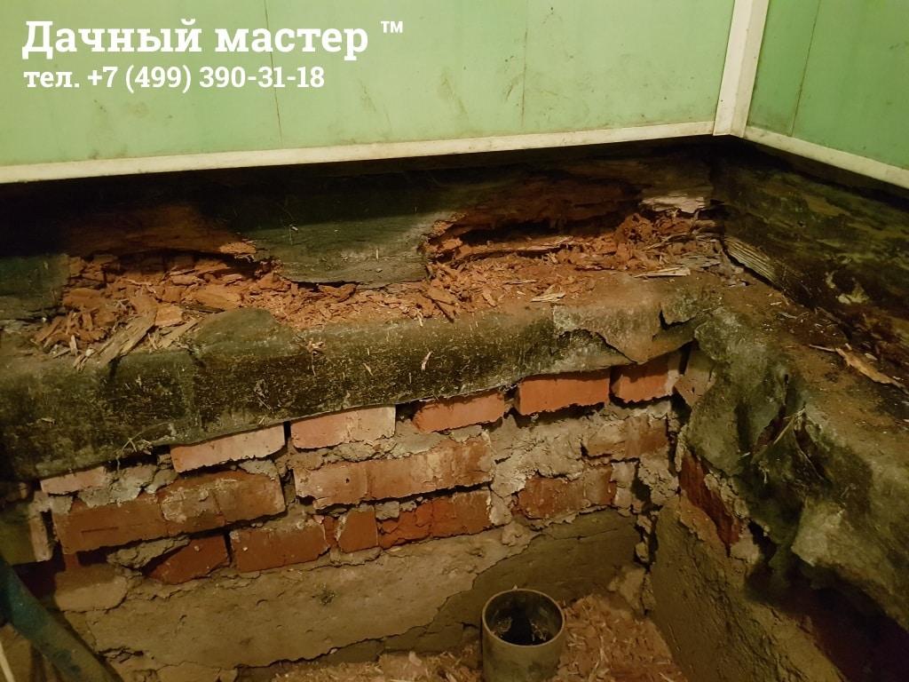 Разрушенный обвязочный брус в основании бани